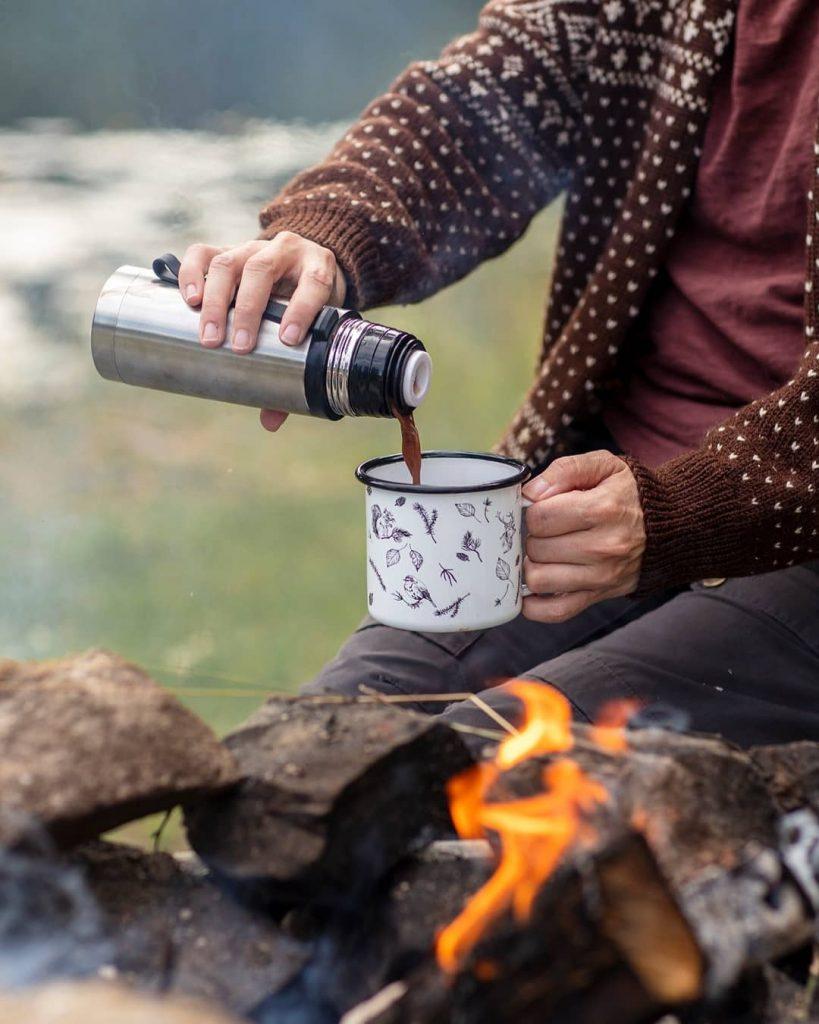 Høststemning: Nyt varm sjokolade fra termos i koppen foran bålet. Bildet er fra Nille Norge.
