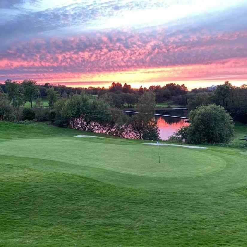 Golf på Fana Golfbane er en fin høstaktivitet. For nybegynnere er drivingrangen en perfekt start.