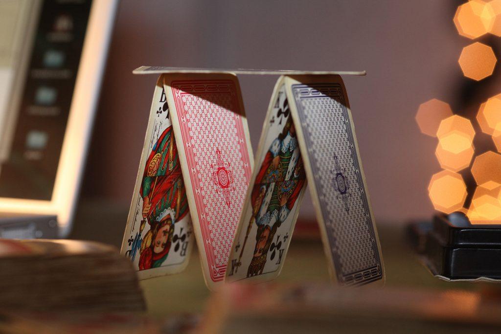 Kortspill er en perfekt måte å samle nær familie eller nære venner til en sosial kveld.