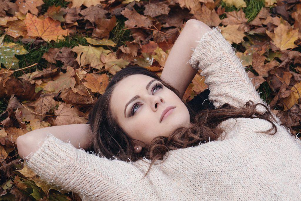Kvinne som nyter høsten